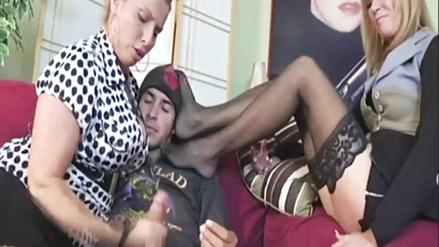 فاحشه شیطان Cleo خروس را فیلم سکسی سوپر در تلگرام در رختکن می مکد