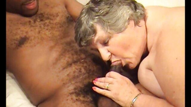 یک غریبه در دستشویی مینای زن گاو می سوپر سکس مادر و پسر خورد