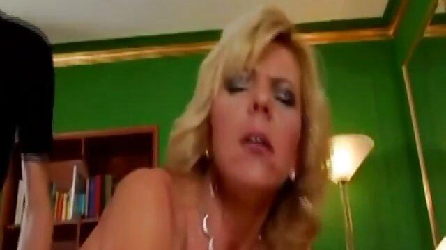 سبزه داغ خروس بسیار فیلم کوتاه سکسی سوپر عظیم الجثه را می مکد