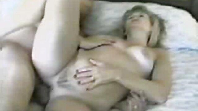 نوجوانان همسایه ای را که در استخر حیاط خود مشغول رابطه جنسی بود ، گرفتند فیلمسوپرگروهی