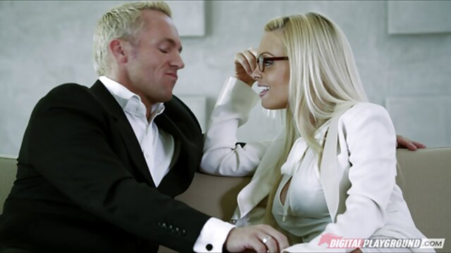 سینه های بزرگ طبیعی را نشان زن سوپر سکسی می دهد